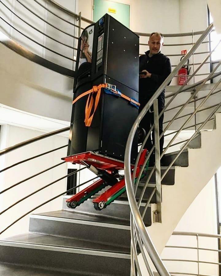 Le monte-escaliers Domino Automatic qui descend un escalier